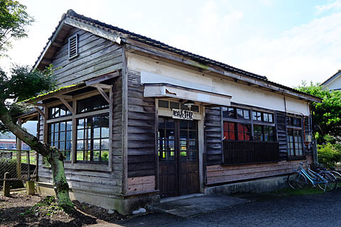 日本一のボロ駅舎!? JR九州・筑肥線、肥前長野駅の木造駅舎。