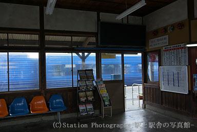 豊前松江駅を通過する883系特急ソニック