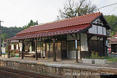 木次線、出雲八代駅の木造駅舎。