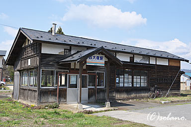 山形鉄道、西大塚駅の木造駅舎。