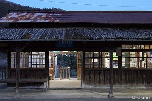 上神梅駅、夜の木造駅舎