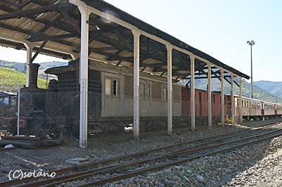 トゥア駅、緩急車?、客車、蒸気機関車の廃車体