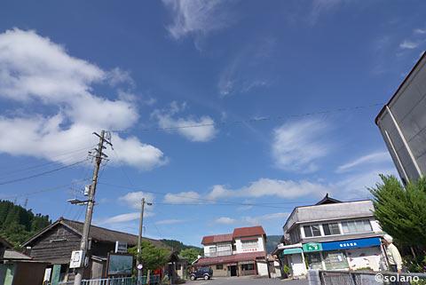 豊後中村駅、青空と木造駅舎