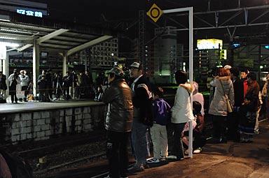 夜の名古屋駅、富士・はやぶさ入線を待つ人々