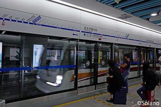 空港T2駅に入線した成都地下鉄10号線車両