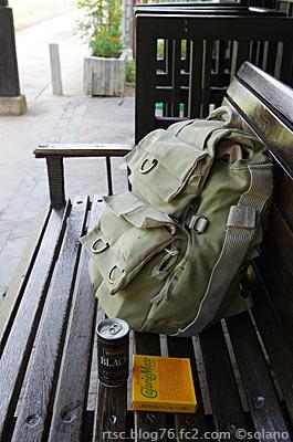 出雲八代駅、古い木製ベンチに座り軽く朝食