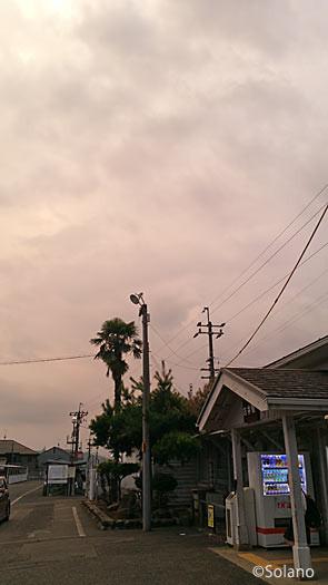 古井駅、木造駅舎と曇る夕空