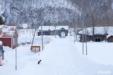 国道から石北本線・下白滝駅を眺める