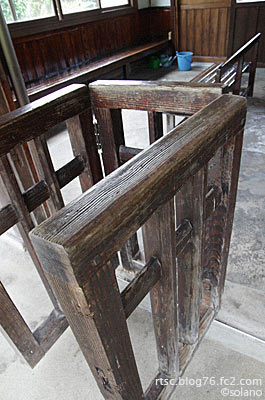 木次線、八川駅。改札口跡の古い木製ラッチ