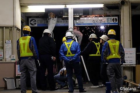 浜寺公園駅、終電後の仮駅舎への移転作業