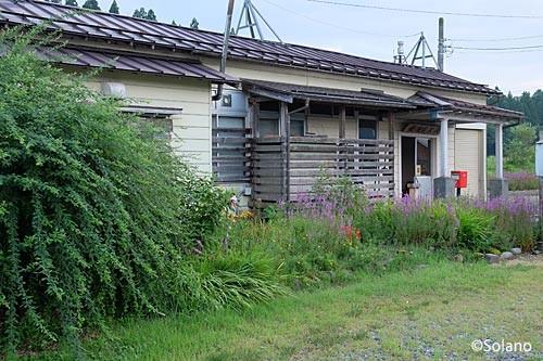越後岩沢駅、木造駅舎と荒れた花壇