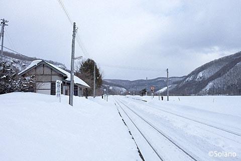 雪に包まれた下白滝駅駅舎とプラットホーム