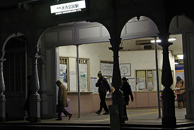 浜寺公園駅で下車した人々