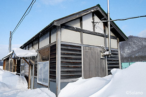 右斜め前から見た上白滝駅の木造駅舎
