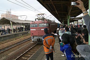 寝台特急はやぶさ・富士、下関での機関車交換