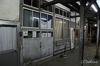 新村駅駅舎、側面の小扉