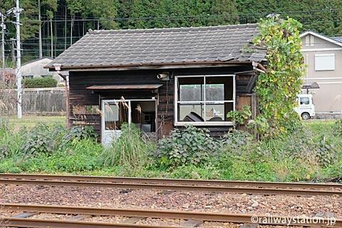 大矢駅、レール沿いの木造建築物