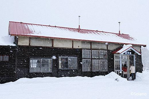クラウドファンディングで修復された深名線・沼牛駅の木造駅舎