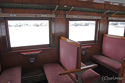 津軽鉄道・ストーブ列車。オハフ33、客室の座席