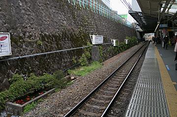 田端駅、レール脇の池
