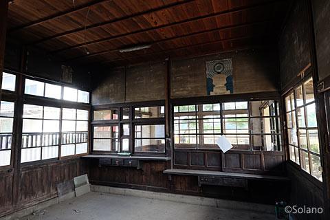 肥前長野駅の旧駅事務室、廃品が撤去された。