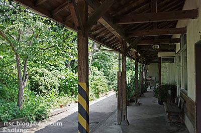 加茂中駅、駅舎ホーム側の植え込み