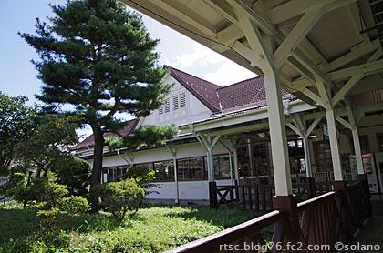 白河駅駅舎裏側の通路と庭園