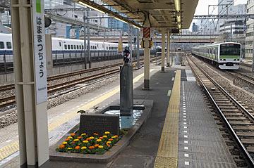 浜松町駅ホームの小便小僧と周囲の風景