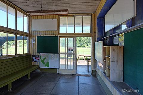 崎山駅駅舎、中2階部分の待合室内部