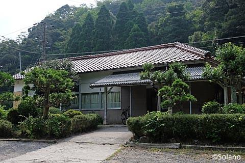 山陰本線・居組駅の木造駅舎。庭園も印象的。