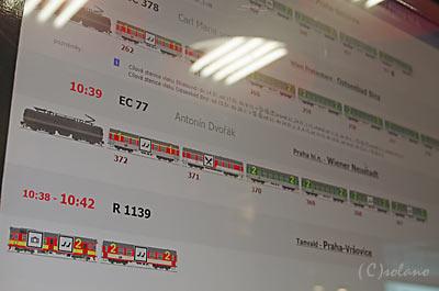 プラハ本駅、列車編成案内の電子掲示板