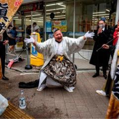 酒飲み踊る新成人も、緊急事態宣言下で成人式 横浜市