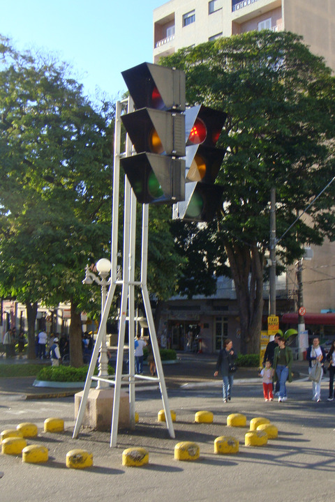ITU_07_2009_Giant_traffic_signal_6058