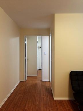 2)奥にバスルームとベッドルーム