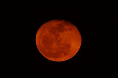 10140118 赤い月