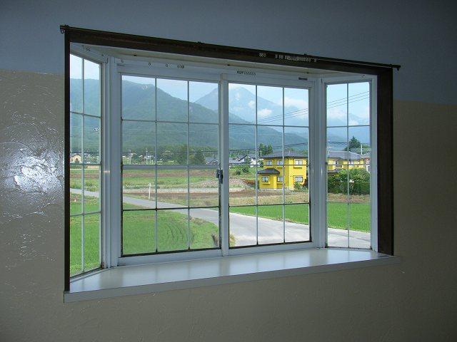 DSCF0413 107号室の出窓 壁は、プロヴァンス風塗り壁で オシャレにリフォームし...
