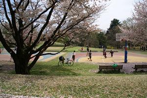 公園で遊ぶ子ら