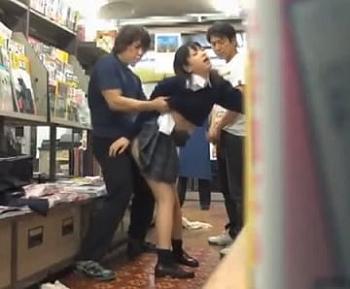 本屋に頼んでいた参考書を取りにきた受験生が鬼畜男たちに媚薬で犯されちゃう…