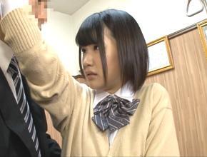 女子校生、白咲碧出演の痴漢無料H動画。「えっ、同じことをするんですか?」痴漢を訴えにきた女子校生が担当者に強姦される!