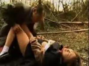 【JKレイプ】野外で制服が泥まみれになりながら中年オヤジに無理やりハメられ中出しヤリ捨てられる巨乳娘