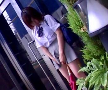 ミニスカのJKのオナニー無料H動画。ミニスカJKが非常階段で傘の柄オナニーw