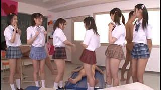 めっちゃエロい生脚で激ミニスカート姿のロリ女子校生たちがハーレムセックスをしてくれるという風俗でも体験できないような神展