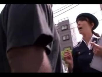 【美少女】女性警察官が駐車違反を取り締まろうとして逆に黒人に拉致され中出しレイプ!