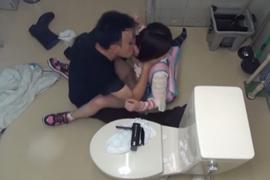 【小○生強姦】公衆トイレで、とんでもない行為が撮影されてしまう・・・