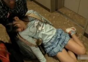 【ロリ】キモオタがレイプするために小×生の姪っ子に薬品を嗅がせる!眠ったままの毛無しマムコにムカデのおもちゃを突っ込む外道!