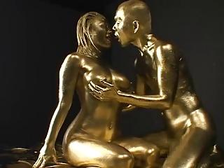 【エロ動画】ベッドで金粉を体に塗りまくって男と激しくセックスをしている巨乳でムチムチの奇麗なお姉さん。