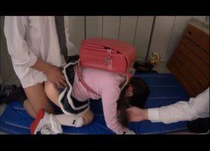 【JSレイプ】ランドセルを背負った女子小学生を2人の男性教諭が用具室でつるつるなパイパンロリまんこに無理やりペニスを挿入するレイプ動画
