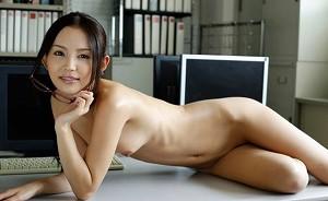 AV女優・丘咲エミリ、日韓のハーフだった