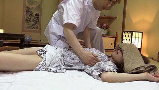 【小崎里美 和泉潤 湯本珠未】くせ者マッサージ師の施術は、きわどい部分を重点的に触り人妻の反応を見て楽しむ変態ww