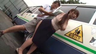 子供を送り出した美人妻が園バスの運転手に襲われハメ倒される 白石茉莉奈